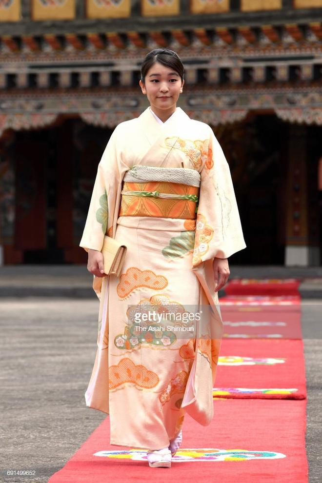 Công chúa Nhật khiến dân chúng buồn lòng vì cưới thường dân: Từng là viên ngọc quý được yêu mến giờ chỉ thấy gượng cười mỗi lần xuất hiện - ảnh 6