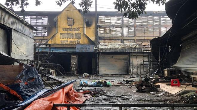 Tiểu thương khóc nghẹn khi Trung tâm thương mại Thủy Nguyên chìm trong biển lửa - Ảnh 1.