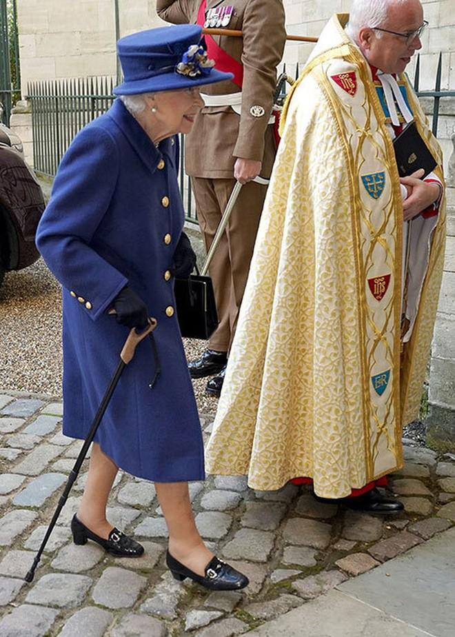 Nữ hoàng Anh gây lo lắng khi xuất hiện với chi tiết bất thường, vợ chồng Meghan bị réo tên chỉ trích - ảnh 2