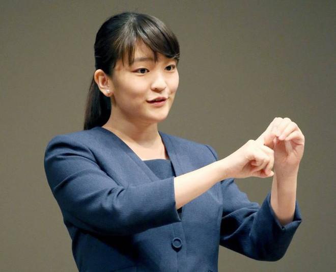 Công chúa Nhật khiến dân chúng buồn lòng vì cưới thường dân: Từng là viên ngọc quý được yêu mến giờ chỉ thấy gượng cười mỗi lần xuất hiện - ảnh 5