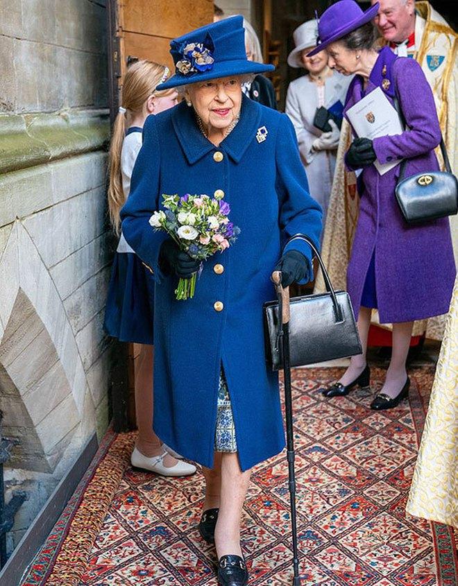 Nữ hoàng Anh gây lo lắng khi xuất hiện với chi tiết bất thường, vợ chồng Meghan bị réo tên chỉ trích - ảnh 1
