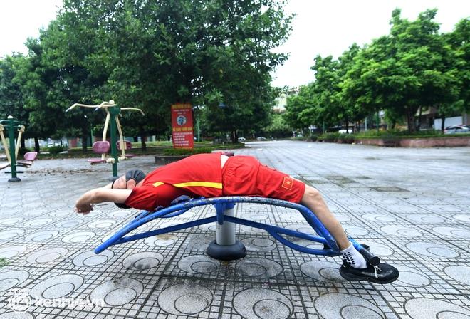 Ảnh: Buổi sáng đầu tiên công viên Hà Nội mở cửa trở lại, người dân phấn khởi đội mưa đi dạo, khiêu vũ - ảnh 14