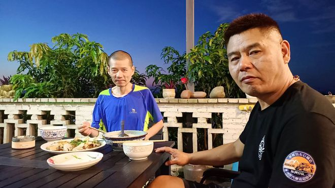 Bỏ việc để đưa bạn thân bị ung thư đi phượt xuyên Trung Quốc - ảnh 1