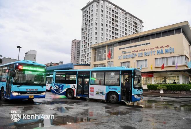 Hà Nội: Xe buýt, taxi hối hả chuẩn bị cho ngày đầu được hoạt động, đón khách trở lại - ảnh 12