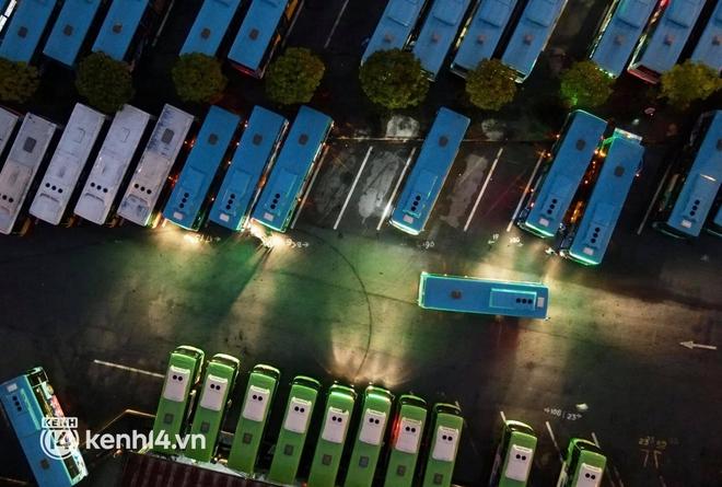 Hà Nội: Xe buýt, taxi hối hả chuẩn bị cho ngày đầu được hoạt động, đón khách trở lại - ảnh 6