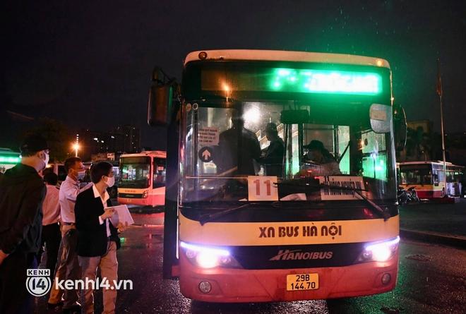 Hà Nội: Xe buýt, taxi hối hả chuẩn bị cho ngày đầu được hoạt động, đón khách trở lại - ảnh 3