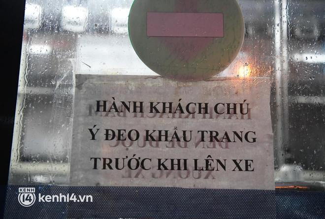 Hà Nội: Xe buýt, taxi hối hả chuẩn bị cho ngày đầu được hoạt động, đón khách trở lại - ảnh 8