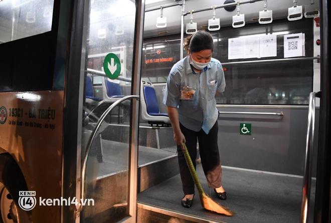 Hà Nội: Xe buýt, taxi hối hả chuẩn bị cho ngày đầu được hoạt động, đón khách trở lại - ảnh 5