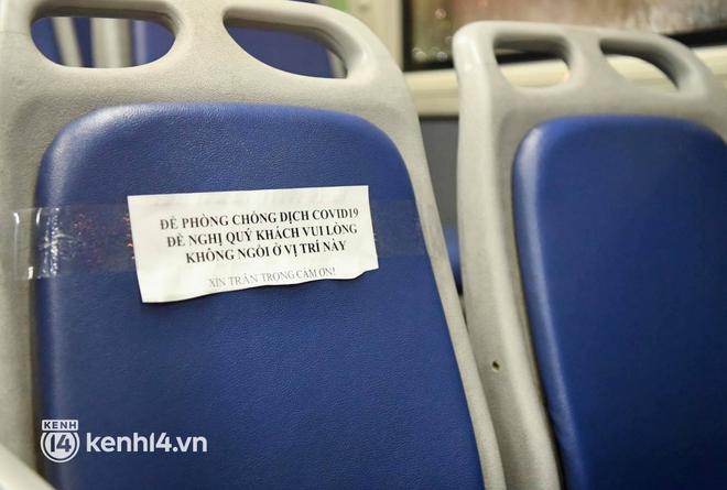 Hà Nội: Xe buýt, taxi hối hả chuẩn bị cho ngày đầu được hoạt động, đón khách trở lại - ảnh 10
