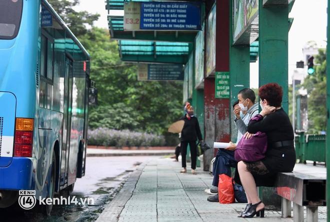 Hà Nội: Xe buýt, taxi hối hả chuẩn bị cho ngày đầu được hoạt động, đón khách trở lại - ảnh 13