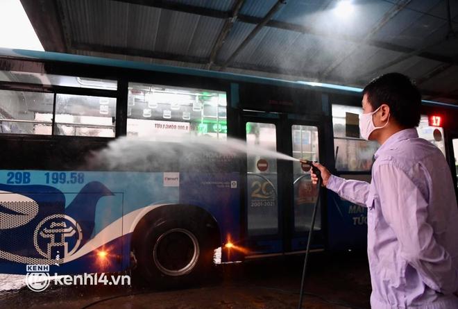 Hà Nội: Xe buýt, taxi hối hả chuẩn bị cho ngày đầu được hoạt động, đón khách trở lại - ảnh 7