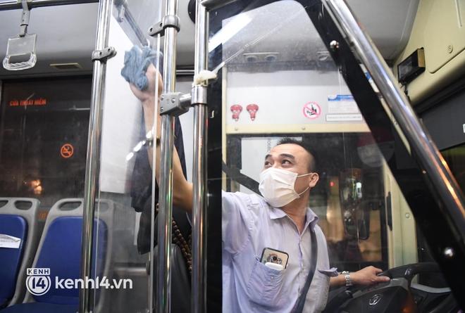 Hà Nội: Xe buýt, taxi hối hả chuẩn bị cho ngày đầu được hoạt động, đón khách trở lại - ảnh 4