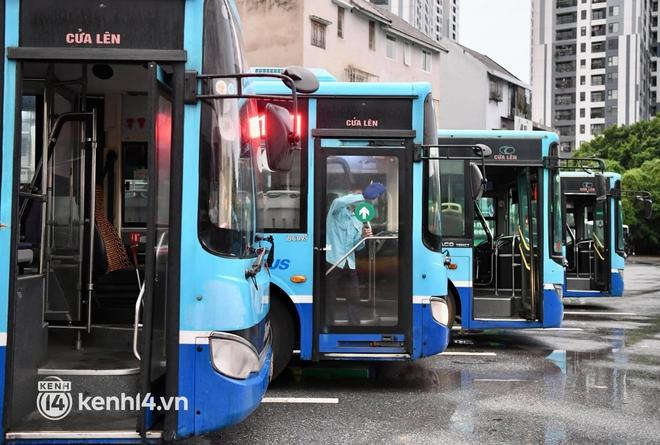 Hà Nội: Xe buýt, taxi hối hả chuẩn bị cho ngày đầu được hoạt động, đón khách trở lại - ảnh 11