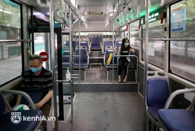 Hà Nội: Xe buýt, taxi hối hả chuẩn bị cho ngày đầu được hoạt động, đón khách trở lại - ảnh 14