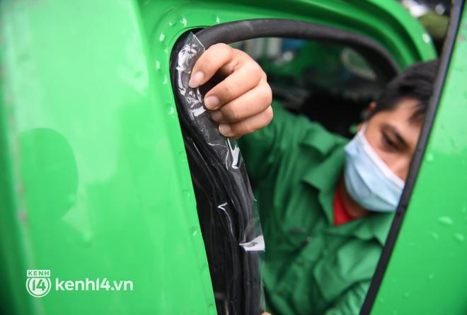 Hà Nội: Xe buýt, taxi hối hả chuẩn bị cho ngày đầu được hoạt động, đón khách trở lại - ảnh 16