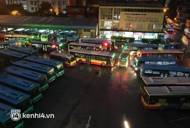 Hà Nội: Xe buýt, taxi hối hả chuẩn bị cho ngày đầu được hoạt động, đón khách trở lại - ảnh 1