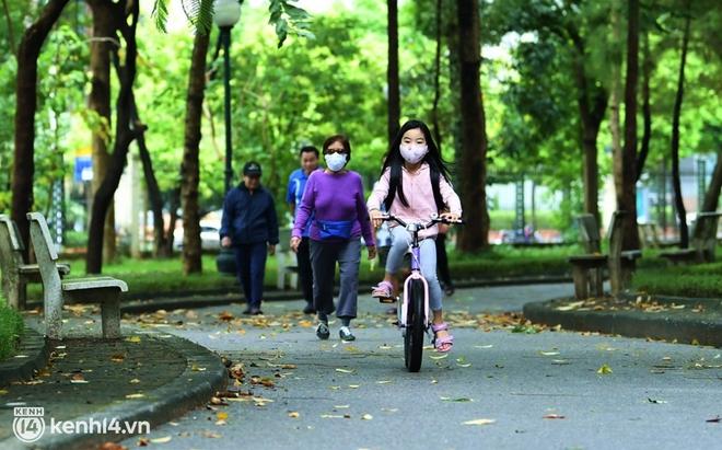 Ảnh: Buổi sáng đầu tiên công viên Hà Nội mở cửa trở lại, người dân phấn khởi đội mưa đi dạo, khiêu vũ - ảnh 12