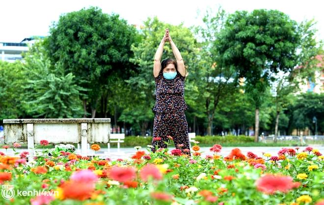 Ảnh: Buổi sáng đầu tiên công viên Hà Nội mở cửa trở lại, người dân phấn khởi đội mưa đi dạo, khiêu vũ - ảnh 13