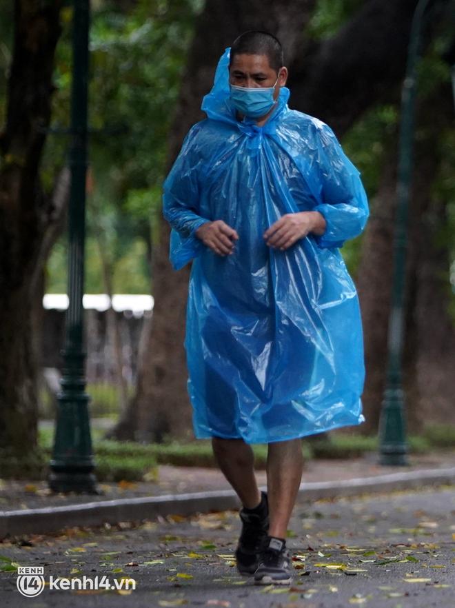 Ảnh: Buổi sáng đầu tiên công viên Hà Nội mở cửa trở lại, người dân phấn khởi đội mưa đi dạo, khiêu vũ - ảnh 6