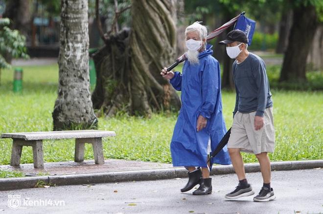 Ảnh: Buổi sáng đầu tiên công viên Hà Nội mở cửa trở lại, người dân phấn khởi đội mưa đi dạo, khiêu vũ - ảnh 7
