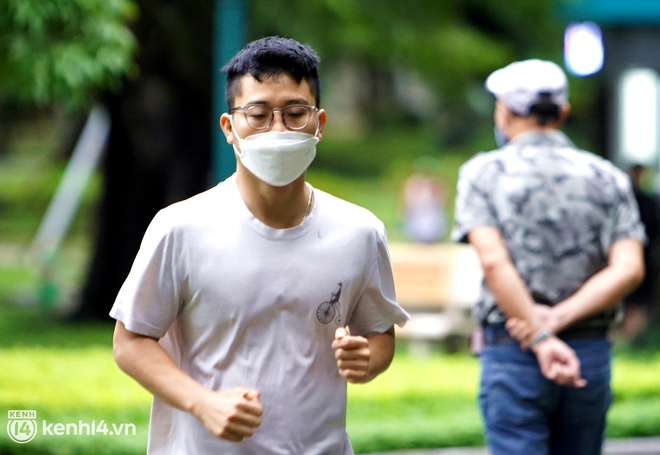 Ảnh: Buổi sáng đầu tiên công viên Hà Nội mở cửa trở lại, người dân phấn khởi đội mưa đi dạo, khiêu vũ - ảnh 8