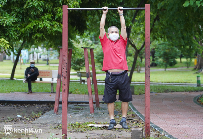 Ảnh: Buổi sáng đầu tiên công viên Hà Nội mở cửa trở lại, người dân phấn khởi đội mưa đi dạo, khiêu vũ - ảnh 10