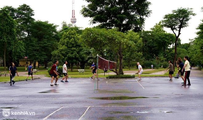 Ảnh: Buổi sáng đầu tiên công viên Hà Nội mở cửa trở lại, người dân phấn khởi đội mưa đi dạo, khiêu vũ - ảnh 9