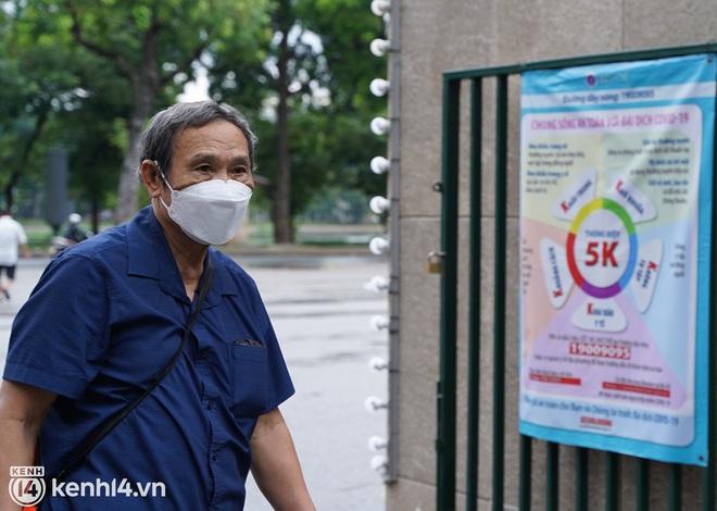 Ảnh: Buổi sáng đầu tiên công viên Hà Nội mở cửa trở lại, người dân phấn khởi đội mưa đi dạo, khiêu vũ - ảnh 3