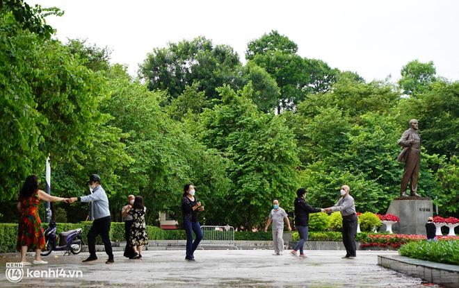 Ảnh: Buổi sáng đầu tiên công viên Hà Nội mở cửa trở lại, người dân phấn khởi đội mưa đi dạo, khiêu vũ - ảnh 11