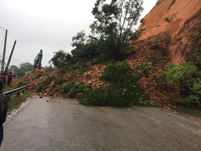 Hơn 42.000 học sinh Hà Tĩnh nghỉ học do ảnh hưởng của bão số 8 - ảnh 2