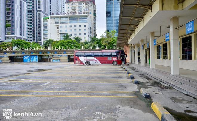 Diễn biến dịch ngày 14/10: Hành khách đi xe buýt, vận tải công cộng vào Hà Nội cần những thủ tục gì?; Vì sao TP.HCM chưa thể nới lỏng thêm các hoạt động như Hà Nội? - Ảnh 2.