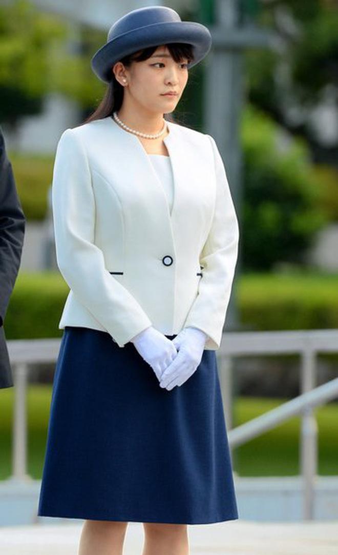 """""""Cô em gái trái ngược"""" của Công chúa Mako trả lời đầy ẩn ý khi bị hỏi về đám cưới gây tranh cãi của chị gái cùng hôn phu thường dân - ảnh 2"""