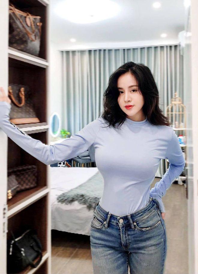 """Bà Tưng bất ngờ đăng ảnh nội y, vòng 1 lấp ló khẳng định vị thế """"thánh nữ"""" ngực khủng gần cả thập kỷ - Ảnh 4."""