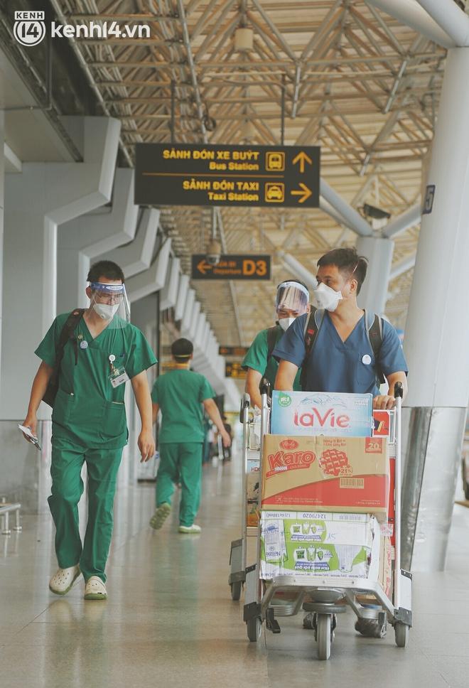 """Cái ôm bịn rịn của cô gái trường Y phải lòng chàng trai Hutech ngày tạm biệt Sài Gòn trở về Hà Nội: """"Hết dịch mình sẽ gặp nhau"""" - Ảnh 12."""