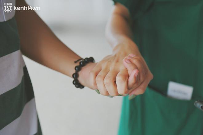 """Cái ôm bịn rịn của cô gái trường Y phải lòng chàng trai Hutech ngày tạm biệt Sài Gòn trở về Hà Nội: """"Hết dịch mình sẽ gặp nhau"""" - Ảnh 4."""