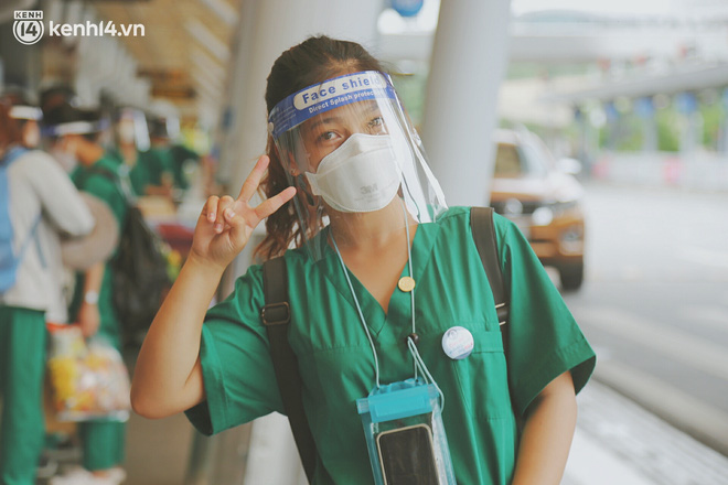 """Cái ôm bịn rịn của cô gái trường Y phải lòng chàng trai Hutech ngày tạm biệt Sài Gòn trở về Hà Nội: """"Hết dịch mình sẽ gặp nhau"""" - Ảnh 6."""