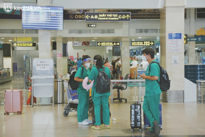 """Cái ôm bịn rịn của cô gái trường Y phải lòng chàng trai Hutech ngày tạm biệt Sài Gòn trở về Hà Nội: """"Hết dịch mình sẽ gặp nhau"""" - Ảnh 14."""