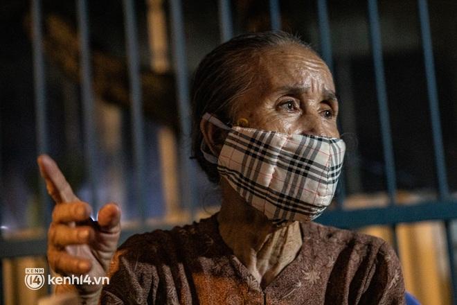 Thấy cụ bà đi bộ từ TP.HCM về An Giang, các chiến sĩ công an liền hỗ trợ tìm xe nhờ đưa bà về - Ảnh 6.