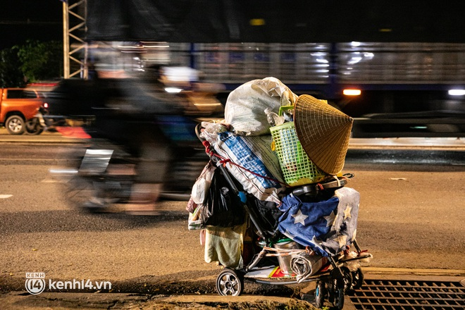 Thấy cụ bà đi bộ từ TP.HCM về An Giang, các chiến sĩ công an liền hỗ trợ tìm xe nhờ đưa bà về - Ảnh 5.