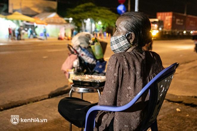 Thấy cụ bà đi bộ từ TP.HCM về An Giang, các chiến sĩ công an liền hỗ trợ tìm xe nhờ đưa bà về - Ảnh 7.
