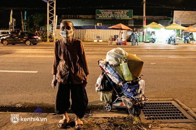 Thấy cụ bà đi bộ từ TP.HCM về An Giang, các chiến sĩ công an liền hỗ trợ tìm xe nhờ đưa bà về - Ảnh 2.