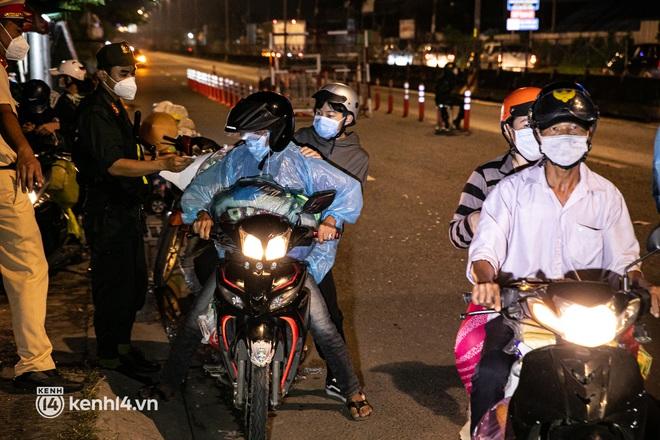 Thấy cụ bà đi bộ từ TP.HCM về An Giang, các chiến sĩ công an liền hỗ trợ tìm xe nhờ đưa bà về - Ảnh 16.
