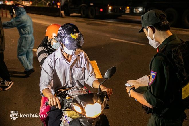 Thấy cụ bà đi bộ từ TP.HCM về An Giang, các chiến sĩ công an liền hỗ trợ tìm xe nhờ đưa bà về - Ảnh 14.