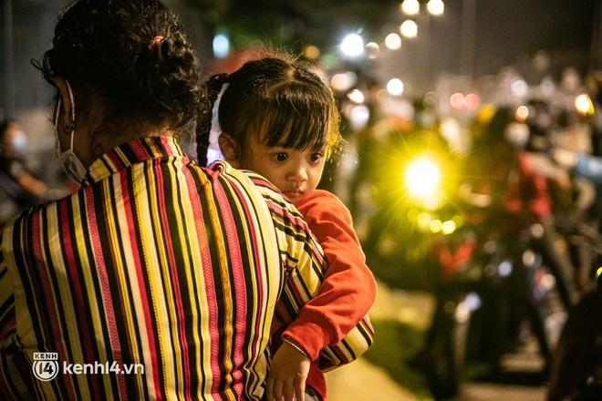Thấy cụ bà đi bộ từ TP.HCM về An Giang, các chiến sĩ công an liền hỗ trợ tìm xe nhờ đưa bà về - Ảnh 13.
