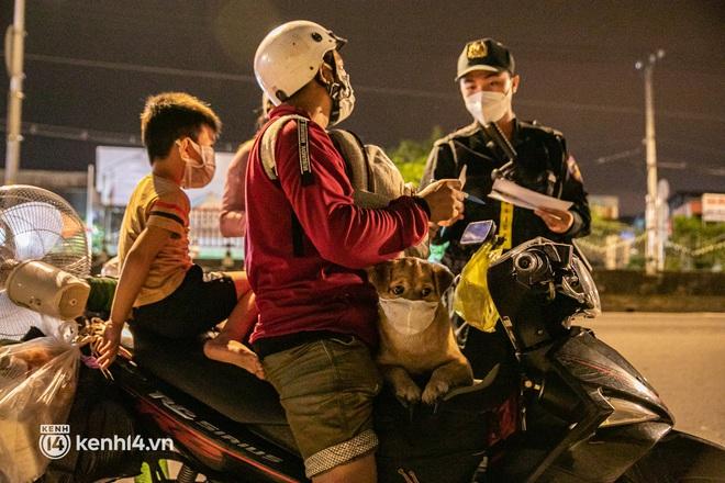 Thấy cụ bà đi bộ từ TP.HCM về An Giang, các chiến sĩ công an liền hỗ trợ tìm xe nhờ đưa bà về - Ảnh 11.