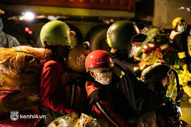 Thấy cụ bà đi bộ từ TP.HCM về An Giang, các chiến sĩ công an liền hỗ trợ tìm xe nhờ đưa bà về - Ảnh 12.