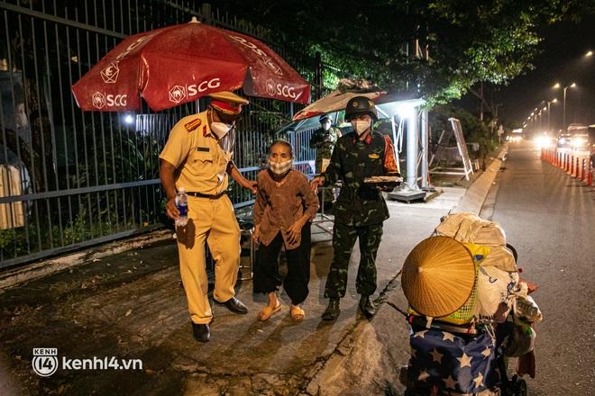 Thấy cụ bà đi bộ từ TP.HCM về An Giang, các chiến sĩ công an liền hỗ trợ tìm xe nhờ đưa bà về - Ảnh 3.