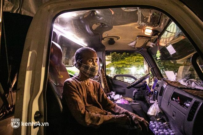 Thấy cụ bà đi bộ từ TP.HCM về An Giang, các chiến sĩ công an liền hỗ trợ tìm xe nhờ đưa bà về - Ảnh 8.