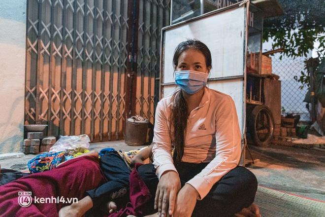 Đôi chân phồng rộp trên hành trình đi bộ hồi hương của những lao động nghèo, cả gia đình 4 người chỉ có 7.000 đồng dắt lưng - Ảnh 12.