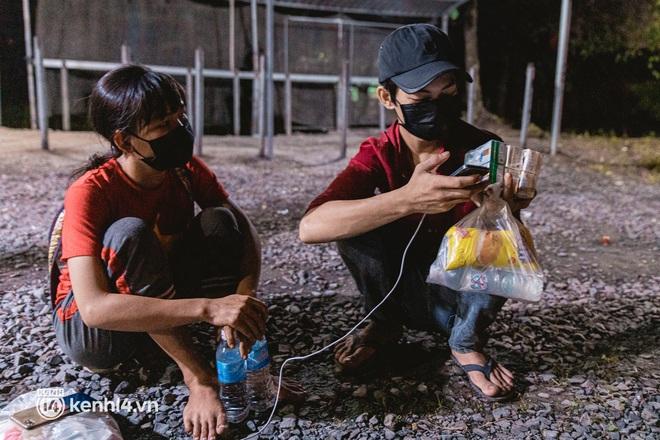 Đôi chân phồng rộp trên hành trình đi bộ hồi hương của những lao động nghèo, cả gia đình 4 người chỉ có 7.000 đồng dắt lưng - Ảnh 4.
